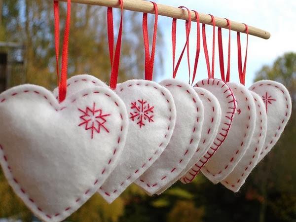 Corações em feltro branco