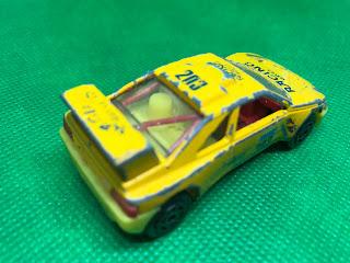 プジョー 405T16 のおんぼろミニカーを斜め後ろから撮影