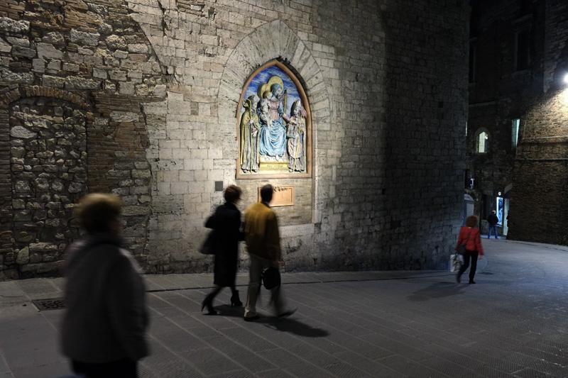 Perugia Madonna in ceramica policroma di Germano Belletti in Via Maestà delle Volte