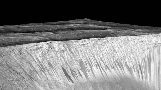 NASA: Marte tiene agua templada en la que pudo surgir la vida