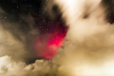 Poollicht achter de wolken