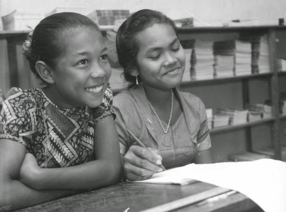 School students photographed during Senator Reg Withers' visit to the Cocos (Keeling) and Christmas Islands in 1976
