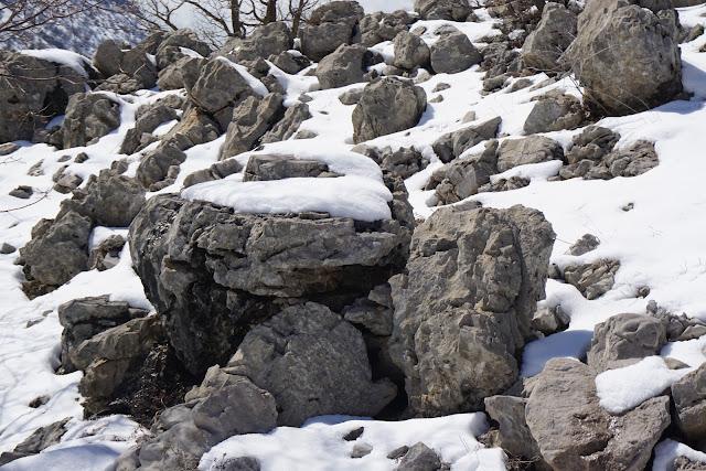 סלעי בזלת מהולים בשלג