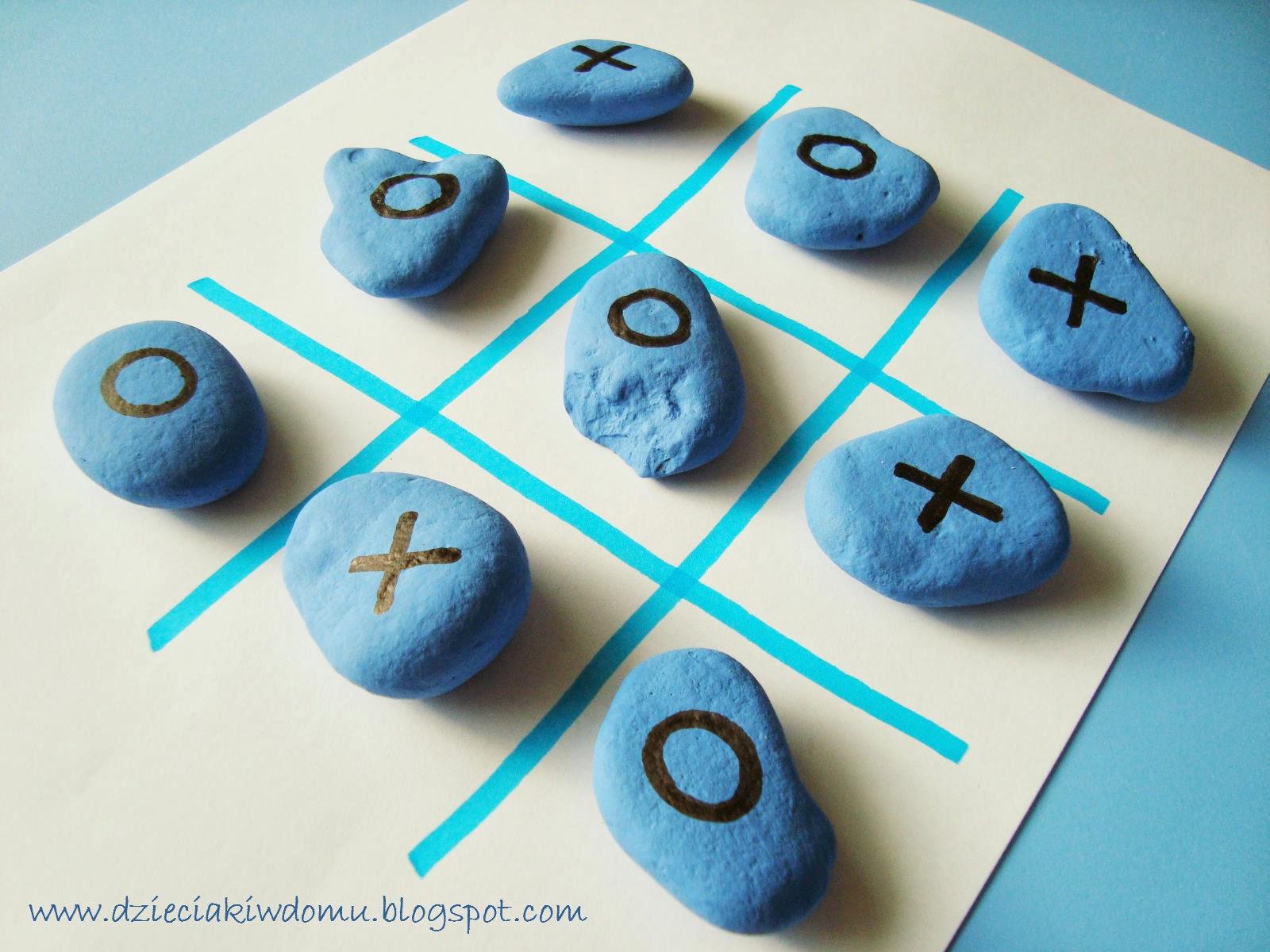 Kółko i krzyżyk z kamieni, gra dla dzieci wykonana w kreatywny sposób