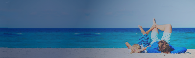 Pere et fils à la plage, allongés sur le sable