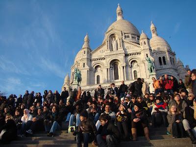 """Também é possível brincar de """"Onde está Wally?"""" os caras da foto anterior estão escondidos espalhados pela escada - Paris - França"""