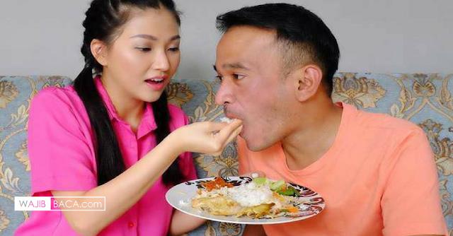 13 Adab Sederhana Istri Pada Suami, Banyak Istri yang Belum Benar Melakukannya