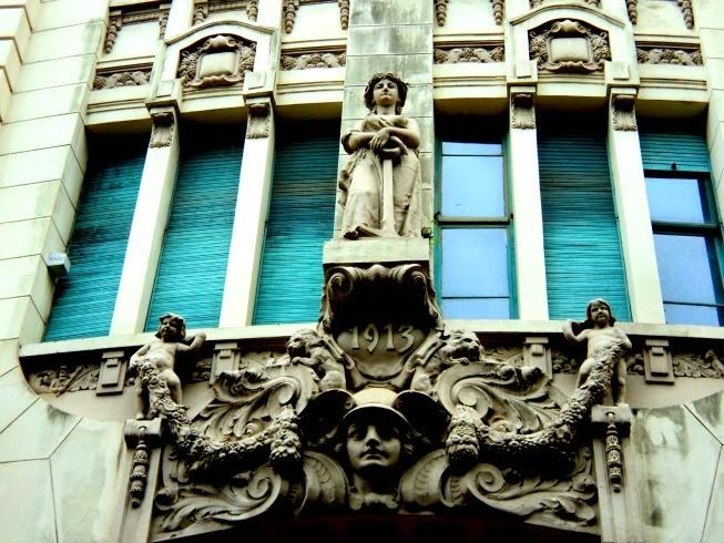 Escultura na Fachada do Banco Safra, em Porto Alegre.