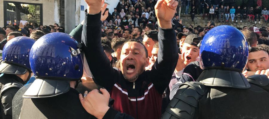 الجزائر تحبس أنفاسها في انتظار قرار بوتفليقة.. والطلاب يعودون للتظاهر اليوم الأحد