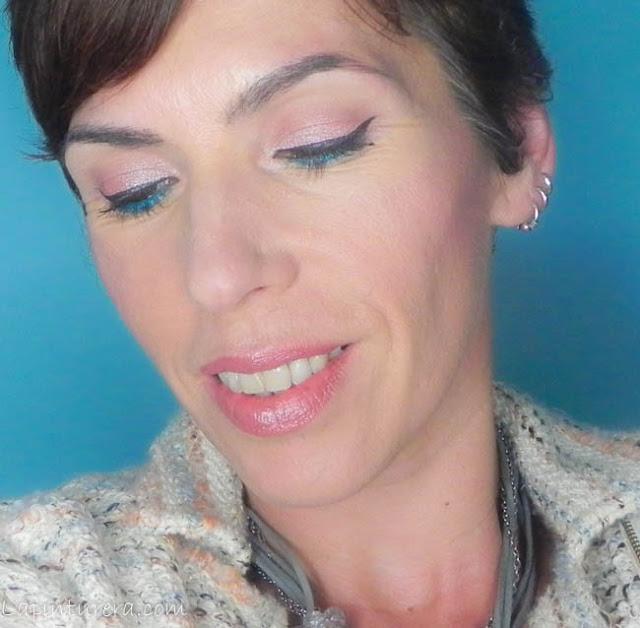 Primer plano ojos cerrados look rosa coral y turquesa
