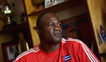 Uno de las más grandes boxeadores cubanos de todos los tiempos viajó a Sochi, Rusia, invitado por los organizadores de la Súper Serie de Boxeo para ver a un compatriota suyo