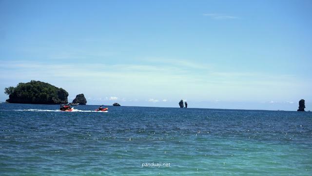 Banana Boat di Pantai Tiga Warna