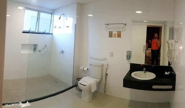 Banheiro do quarto 2301 Best Western Tarobá Hotel