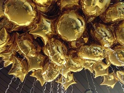 Réveillon com balões metalizados personalizados com gás hélio
