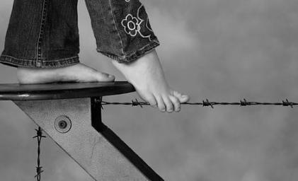 Resultado de imagem para uma mulher em corda bamba