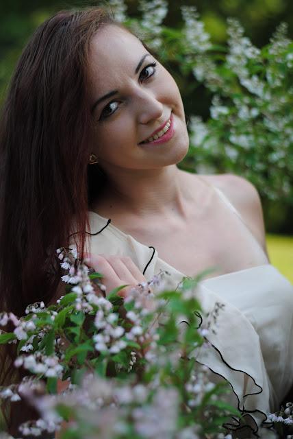 5.06.2015 Beżowa sukienka z falbankami czarne balerinki Sesja Dworek Oborskich