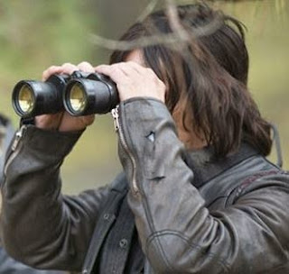 Foto de Daryl olhando algo com binóculo