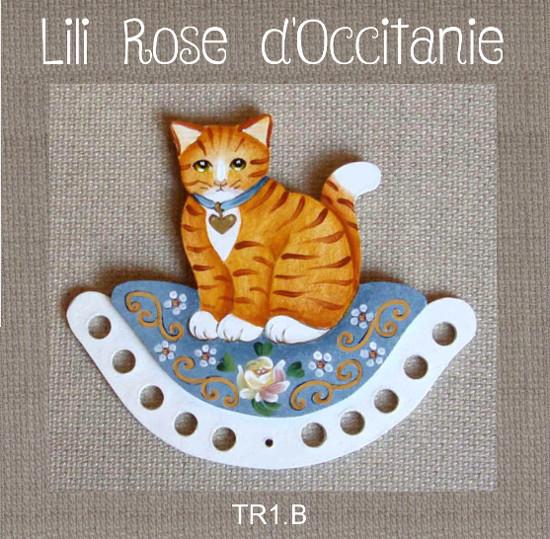 Tri-fils bois peint, joli chat roux sur coussin bleu à fleurs. Broderie et point de croix