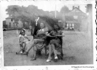 Photo de famille ancienne noir et blanc. groupe de dames et enfant en tricycle