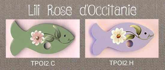"""2 tri-fils en bois peint, """"Poisson"""", vert ou mauve ornés de marguerites. Broderie et point de croix"""