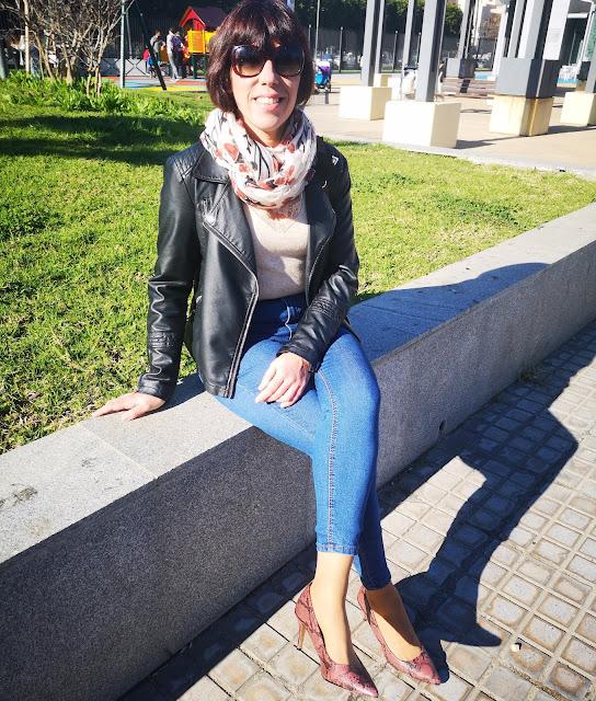 zapatos y foulard puestos