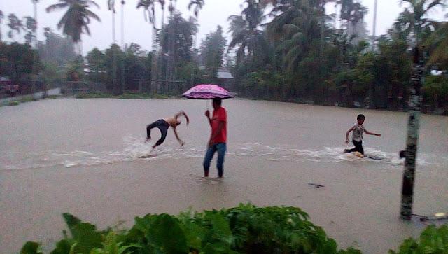 Anak-anak tenagh asyiknya bermain air