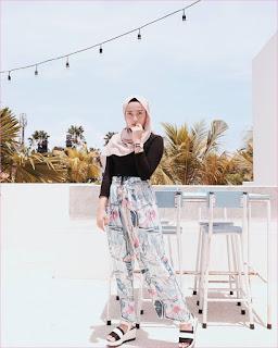 Outfit Celana Cullotes Untuk Hijabers Ala Selebgram 2018 mangset jam tangan high heels loafers and slip ons cullotes motif bunga abu muda pink hijab pashmina diamond baby pinkl ciput ootd trendy pohon kelapa lampu kursi