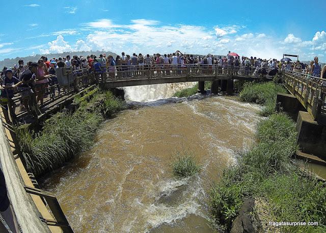 Passarela diante da Garganta do Diabo, no lado argentino das Cataratas do Iguaçu