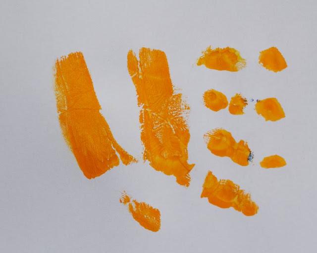 DIY: Mit Wasserfarben Fische aus Handabdrücken zaubern. Ihr könnt auch ganz einfach einen gestreiften Fisch oder Captain Nemo mit einem Handabdruck aufs Papier bringen.