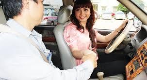 nữ giới học lái xe ô tô