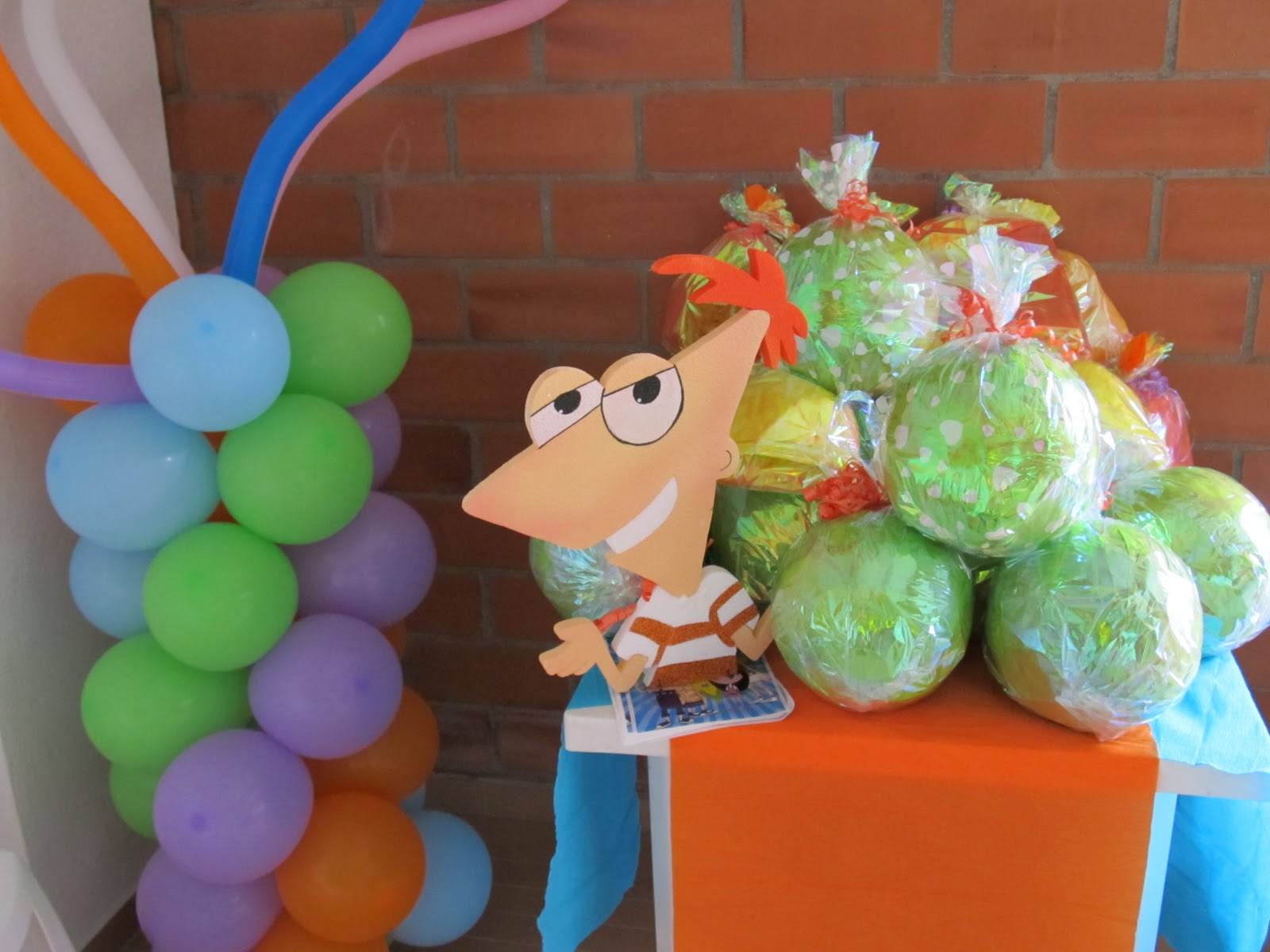 Phineas and ferb fiestas infantiles y recreacionistas for Decoracion para pared para cumpleanos