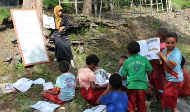 Kisah Guru Istiqomah Mengajar Di Pedalaman Papua