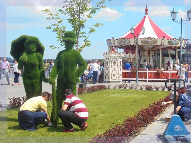 скульптуры из газона набережной