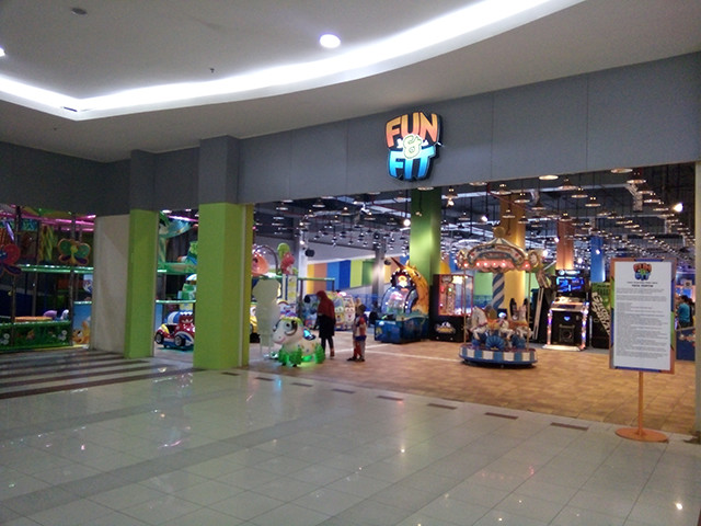Main Trampolin di Fun and Fit Trampoline park, membakar Habis kalorimu