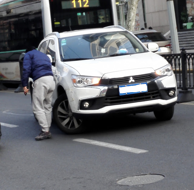 右前輪が大きく曲がった事故車