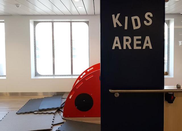 Bornholm mit Kindern im Herbst. Teil 1: 10 Tipps für die Überfahrt mit der Fähre von Sassnitz nach Rønne. In der Cafeteria gibt es die Kids Area.