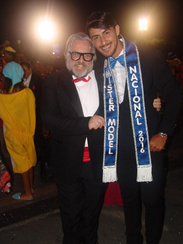 Robson Menezes posa para foto ao lado do apresentador Leão Lobo. Foto: Trajano Fkeller