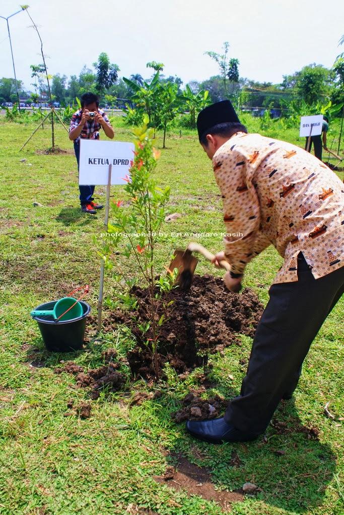 Ketua DPRD Kota Tasikmalaya Melakukan Penanaman Pohon
