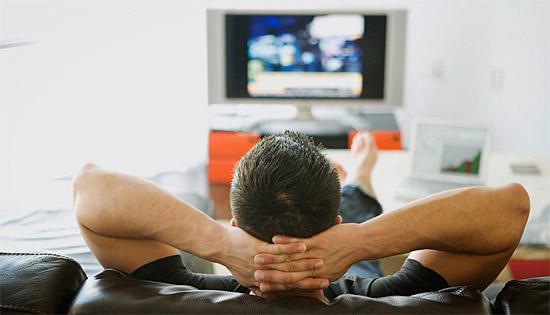 Ficar muito perto da TV faz mal para os olhos