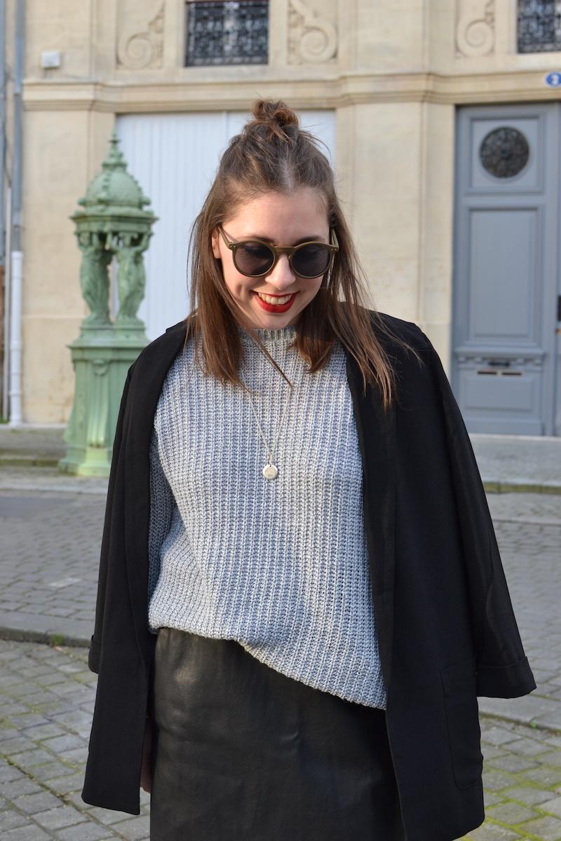 blazer noir Pimkie, pull gris Missguided, jupe simili cuir Zara, lunette de soleil ronde noir Asos