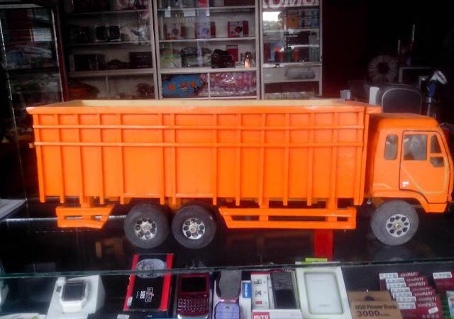 mitsubishi truk fuso dari kayu warna orange