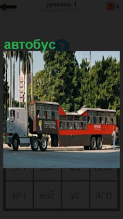 Автобус сделан из прицепа красного цвета на улице