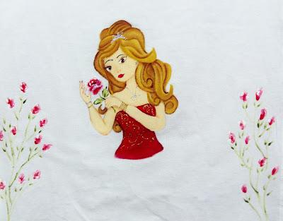 pano de copa com boneca pintada vestido vermelho e rosas