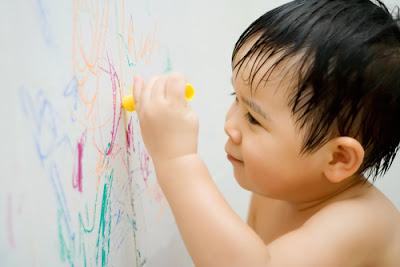 cara membersihkan coretan pensil dan crayon di dinding