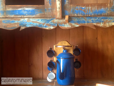 detalhe em móvel rústico com descascado azul
