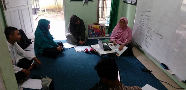 guru harus selalu belajar, belajar tiada henti, Bang Syaiha, Kisah Inspiratif, One Day One Post, Menulis Setiap Hari, Blogger Aktif, Penderita Polio, Trainer, Guru Blogger, bangsyaiha.com