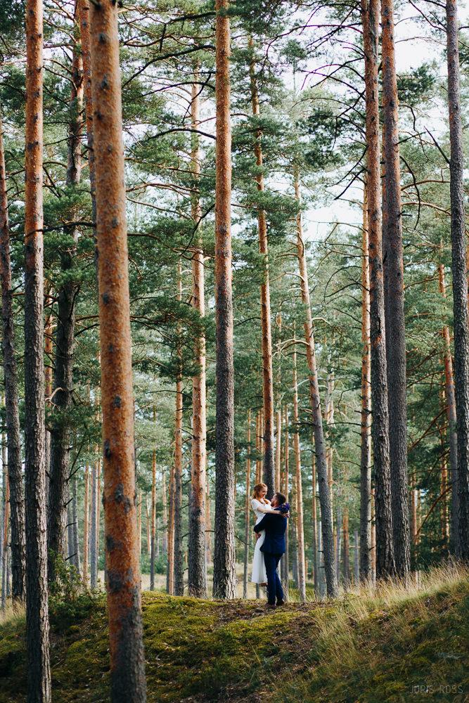 romantiska kāzu fotosesija mežā