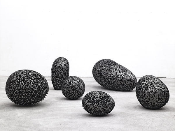 Escultura hecha con fuentes tipográficas de metal