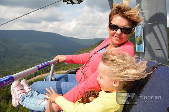 Wygodny wyciąg z czteroosobowymi kanapami zabierają nas pod samą wieżę Sky Walk w Dolni Morava - top atrakcja turystyczna Czech dla rodzin
