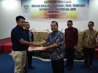 Kadis ESDM Provinsi Jambi Menyerahkan Persetujuan RKAB Bagi Pemilik Ijin Usaha Pertambangan Batu bara